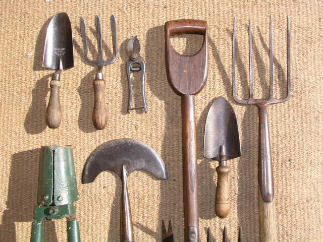 Riporre gli attrezzi da giardino - Attrezzi da giardino professionali ...